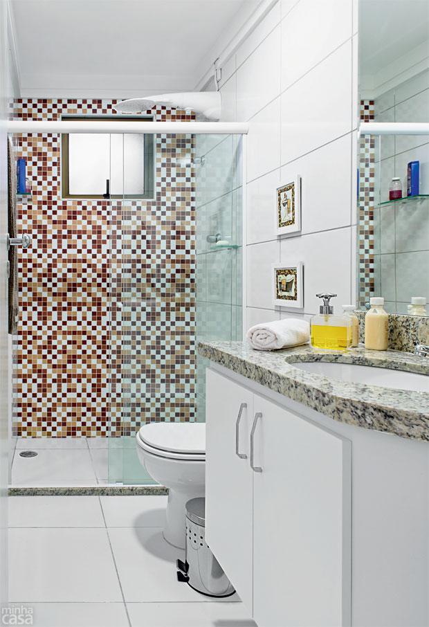 Banheiros  Banheiro decorado com adesivos fica pronto em 24 horas  Blog  I -> Banheiro Decorado Com Gabinete De Vidro