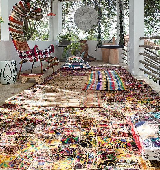 decoracao de interiores mogi das cruzes:tecido espelhado indiano virou tapete no terraço da estilista