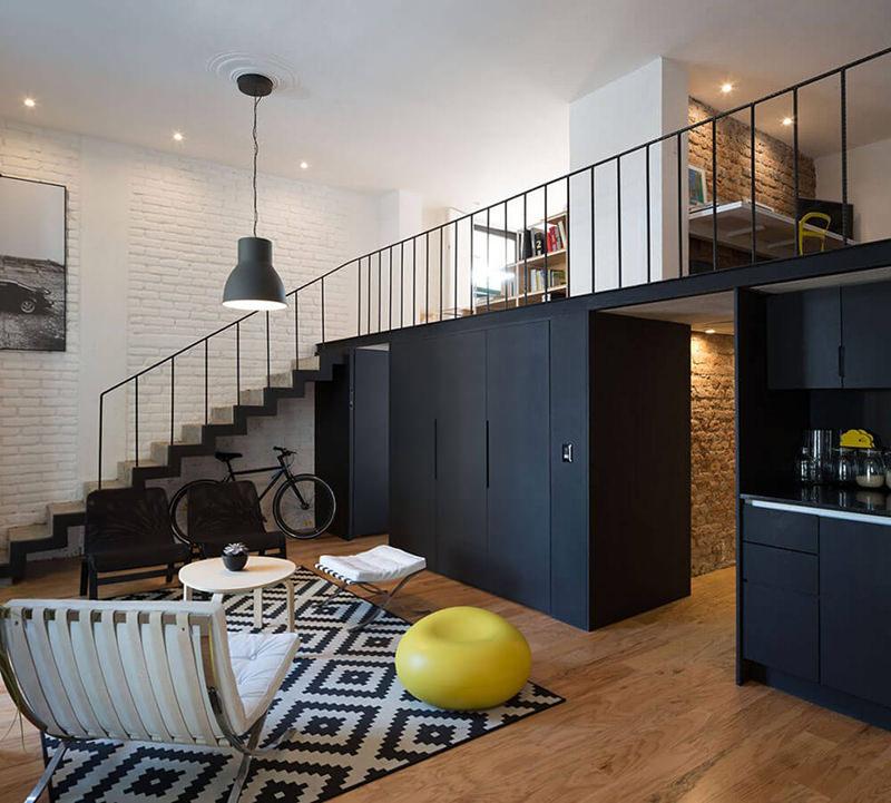 decoracao cozinha flat:Na sala, encontramos a famosa Poltrona Barcelona e pendentes no estilo