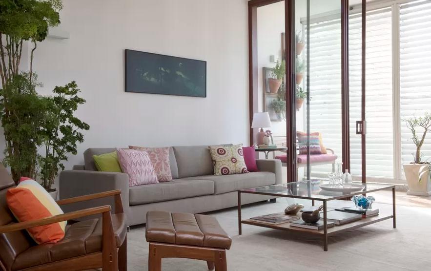 decoracao de interiores mogi das cruzes:sala de estar com brises na varanda mesa de centro e rack da tv da