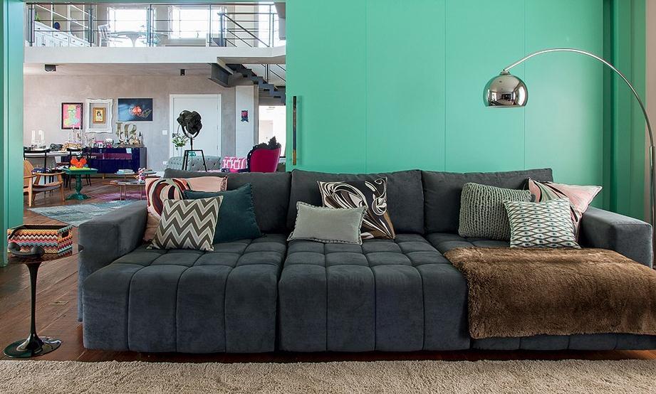 Sofá Grande Para Sala De Tv ~ As almofadas que enfeitam o grande e confortável sofá são feitas de
