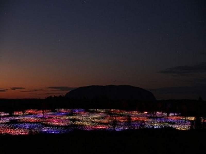 iluminação cinquenta mil bulbos de luz iluminam deserto australiano