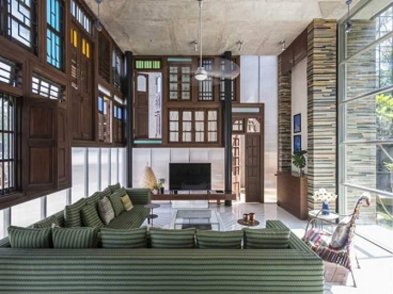 arquitetura arquitetos constroem fachada de casa com portas e janelas usadas - parte 1