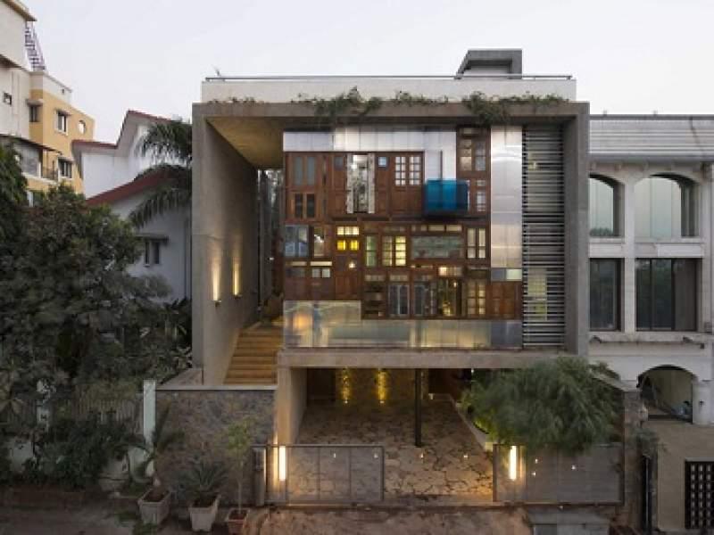 arquitetura arquitetos constroem fachada de casa com portas e janelas usadas - parte 2