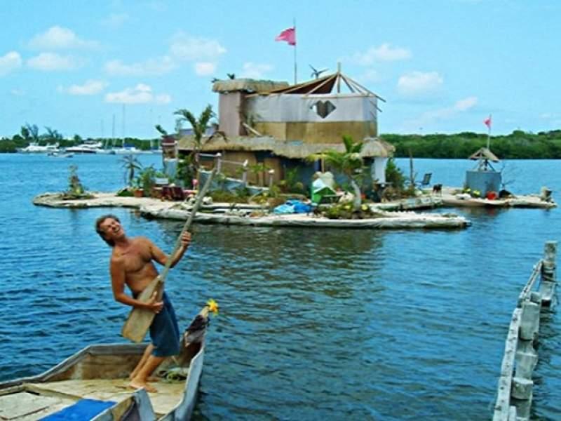 construção artista constrói ilha autossuficiente usando 250 mil garrafas pet
